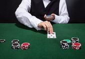 Croupier att hantera kort — Stockfoto