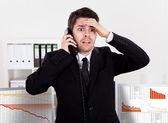 Corretor da bolsa preocupada ao telefone — Foto Stock