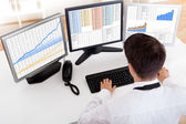 Stock broker trading in a bull market — Stockfoto