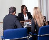 Grupp av chefer som intervjua kvinnliga kandidat — Stockfoto