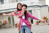 Feliz madre e hija divirtiéndose — Foto de Stock