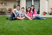 Kaukaski portret rodzina siedzący — Zdjęcie stockowe
