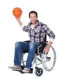 Homme en fauteuil roulant avec le basket-ball — Photo