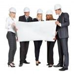Grupo de arquitectos examinar planos en blanco — Foto de Stock