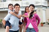 在他们家里户外开心幸福家庭 — 图库照片