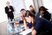 Homme d'affaires lors d'une réunion de vente discutant des cibles — Photo