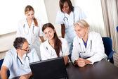 Retrato de los médicos jóvenes maduros trabajando juntos — Foto de Stock
