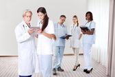 Genç ve güzel doktorlar bir dosya arıyor — Stok fotoğraf