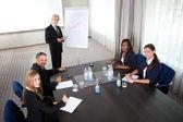 Spotkanie biznesowe - człowiek prezentowania swoich pomysłów — Zdjęcie stockowe