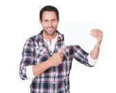Homme heureux moyen-âge présentation papier vide — Photo