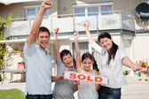 Lycklig familj firar köpa deras nya hus — Stockfoto