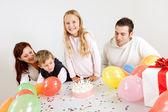 Jeune famille d'anniversaire célébrant à la maison — Photo