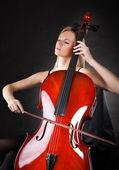 Tocar violoncelo mulher jovem e bonita — Foto Stock