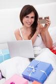 Junge frau, online-shopping — Stockfoto