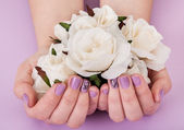 Close-up Of Hands Holding White Roses — Stock Photo