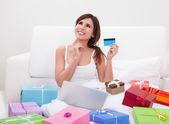 Młoda kobieta zakupy online — Zdjęcie stockowe