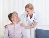 Portrait du médecin et le patient assis sur le canapé — Photo