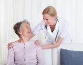 Portret lekarz i pacjent siedzi na kanapie — Zdjęcie stockowe