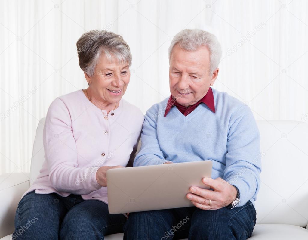 Супружеская пара на диване 4 фотография