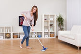 年轻女子清洗地板 — 图库照片