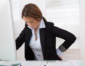 Empresaria con dolor de espalda — Foto de Stock