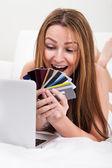 Kredi kartı ile alışveriş kadın — Stok fotoğraf