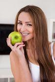 Portret van gelukkig jonge vrouw met groene apple — Stockfoto