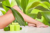 Gambe della bella donna nella spa — Foto Stock