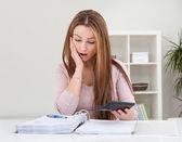 Młoda kobieta obliczania rachunków — Zdjęcie stockowe