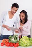 Para z warzyw i cyfrowy tablicowy — Zdjęcie stockowe