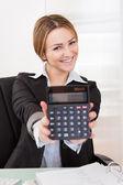 Calculateur de projection de femme d'affaires — Photo