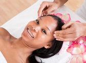 Vrouw met een massage — Stockfoto