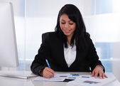 Businesswoman Working On Paper — Foto Stock