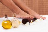 Primer plano del pie recibiendo tratamiento en el spa — Foto de Stock