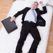 homme d'affaires reposant sur le lit — Photo