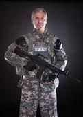 Portrait d'un soldat mature tient fusil — Photo