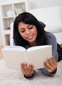 Livro de leitura jovem — Foto Stock