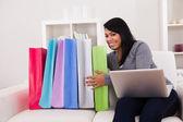 Mladá žena online nakupování — Stock fotografie
