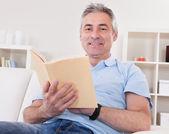 Libro di lettura uomo maturo — Foto Stock