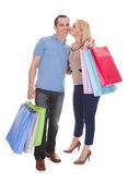 買い物袋を保持している若いカップルの肖像画 — ストック写真