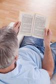 Zralý muž čtení kniha — Stock fotografie