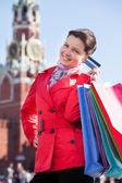 Alışveriş torbaları holding ve kredi kartı gösteren genç bir kadın — Stok fotoğraf