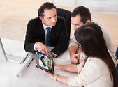 Casal jovem feliz, discutindo com consultor — Foto Stock