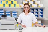 Mujer farmacéutico en la farmacia — Foto de Stock