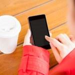 jonge vrouw met behulp van mobiele telefoon — Stockfoto