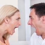 pareja enojada gritando el uno al otro — Foto de Stock