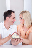 Paar mit haus-modell — Stockfoto