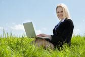 Affärskvinna med laptop — Stockfoto