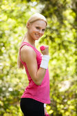 Giovane donna allenamento con manubri — Foto Stock