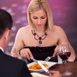 paar met diner in restaurant — Stockfoto